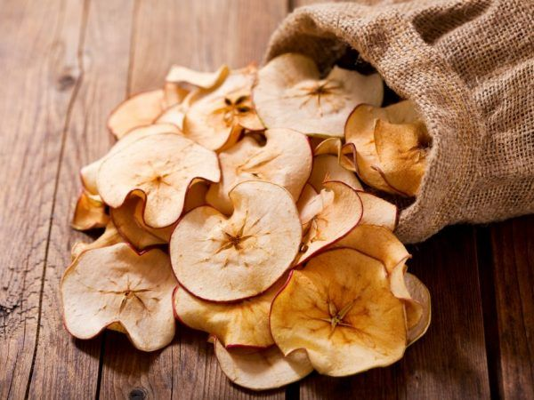Сушените ябълки могат да се консумират в малки количества.
